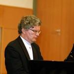Vasvári Tamás zongoraművész játszik
